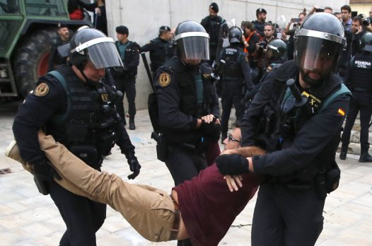 1506868865_833_fuerte-represion-policial-en-cataluna-durante-referendum-de-independencia-fotos-y-videos