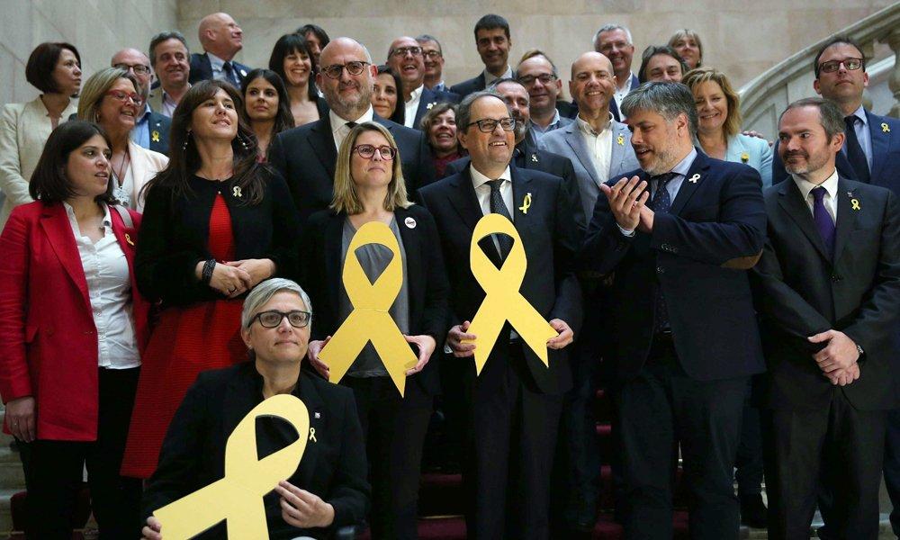 el-nuevo-presidente-de-la-generalitat-quim-torra-posa-con-un-lazo-amarillo-en-recuerdo-de-los-politicos-encarcelados-1.jpg