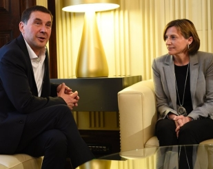 Spokesman for outlawed Basque separatist party Batasuna, Arnaldo Otegi sits (L) talks with Catalan Parliament President Carme Forcadell (R) in the Catalan parliament on May 18, 2016 in Barcelona. / AFP PHOTO / LLUIS GENE 4638#Agencia AFP