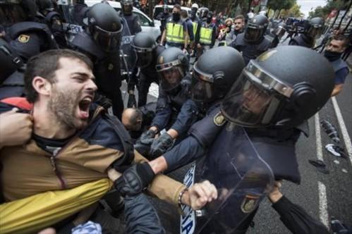 1-o-cargas-policiales-actuacion-policia-dejo-mas-mil-heridos-labr--jornada-que-celebro-referendum-unilateral-1513971209032